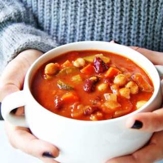 Easy Minestrone Soup is packed with vegetables and protein! Click here for recipe. #minestronesoup #easysoup #easydinner #healthydinner