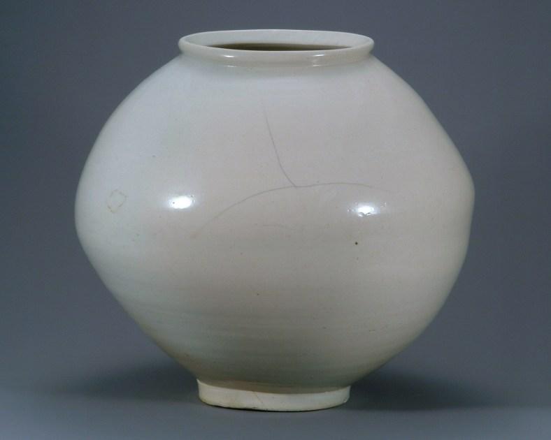 Jarre de lune du xviie siècle. H. 41 cm. Musée national de Corée. Trésor national N° 310