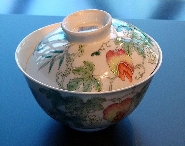 Gaiwan » – Bol à couvercle en porcelaine « famille rose » au décor de litchis – Dynastie Qing – Règne de Baoguang (1820-1850)