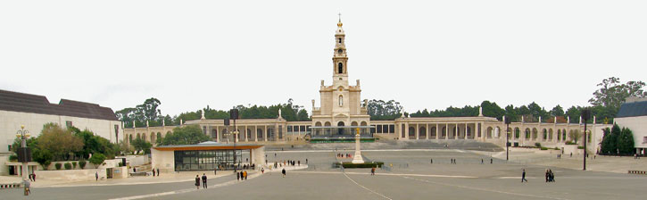 A panoramic view Fatima Shrine with the original Basilica and the Square which is capable of holding more than 300,000 people. Image by courtesy of Andreas Trepte (Own work) [CC BY-SA 2.5 (http://creativecommons.org/licenses/by-sa/2.5)], via Wikimedia Commons