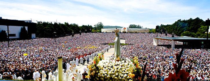 A multitude of devotees at the Fatima Shrine during a service (picture courtesy of Turismo De Portugal Centro)