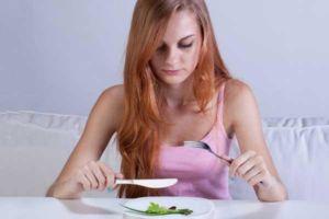 Mädchen isst wenig