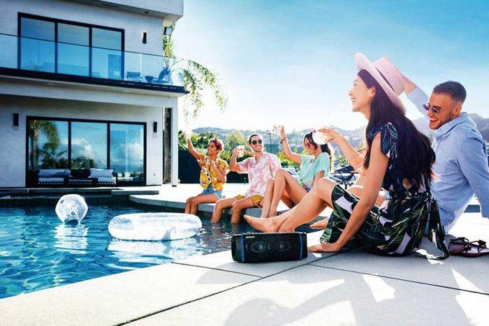 Sony SRS-XB33以「派對喇叭」為訴求,具備IP67防水功能,因此能在泳池邊開趴。(圖/Sony提供)