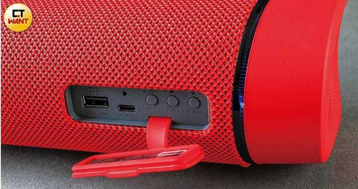 機背具備USB Type-C充電孔,以及Party、立體聲配對等按鍵。(圖/馬景平攝)