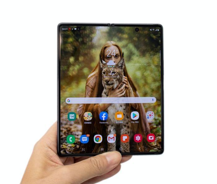 O 極限全螢幕,螢幕大小升級到 7.6 吋