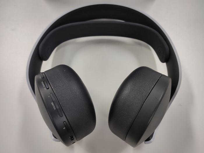 耳機的按鍵集中在左邊的耳罩上