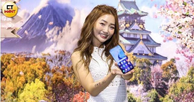 小米11號稱擁有電影級相機,機身有藍、灰、白三色可選,售價21,999元,於3月18日晚間開始預購,4月2日正式上市。(圖/王永泰攝)