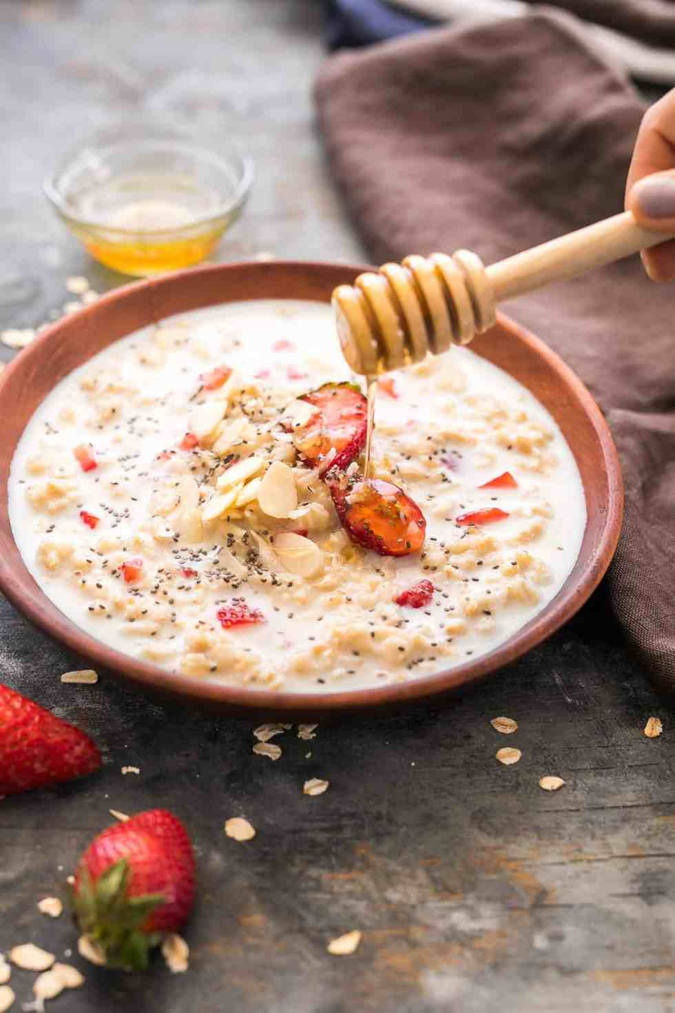 Healthy strawberries and cream breakfast oatmeal that is insanely delicious and tastes like your favourite cake, frosting and cupcake - all rolled into one! YUM!