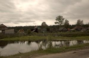 Деревенские домики у пруда