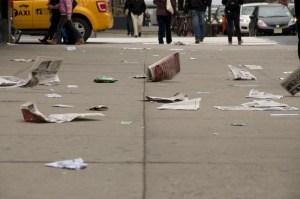Улицы Нью-Йорка часто бывают вот в таком виде от назойливой бумажной рекламы