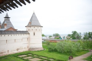 Башня Кремля со стороны Митрополичьего сада