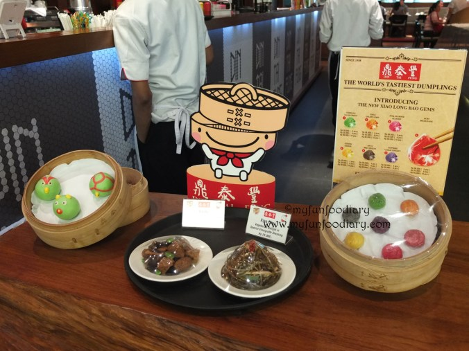 Sample makanan Din Tai Fung di depan entrance