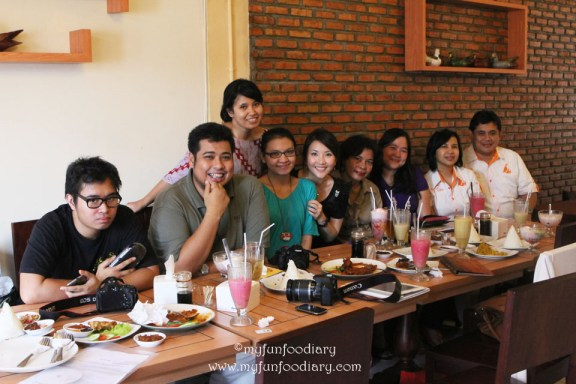 Foto Bareng Team Warung Yu Tien & Food Blogger lainnya