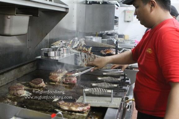 Kesibukan di dapur Outback Steakhouse