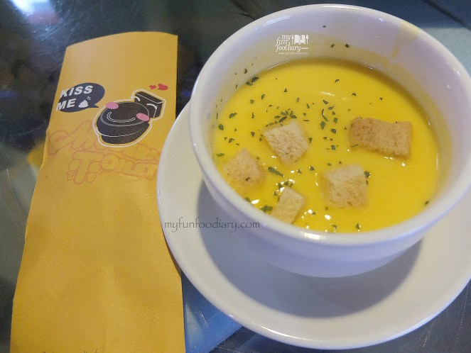 Free Soup of The Day at Modern Toilet Cafe Taiwan by Myfunfoodiary 01 copy