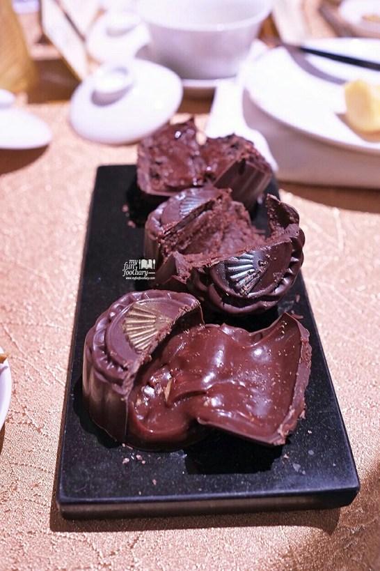 Whats Inside the Premium Chocolate Moon Cake at Mandarin Oriental Jakarta by Myfunfoodiary