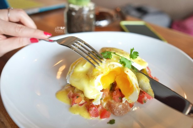 Eggs Benedict at The Fat Turtle by Myfunfoodiary 02