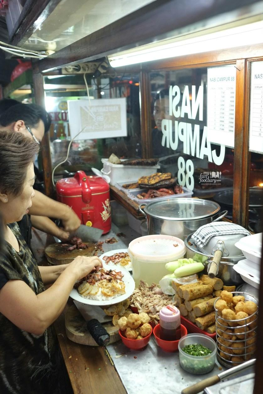 Proses Mempersiapkan Nasi Campur 88 Asiang Bandung by Myfunfoodiary 01