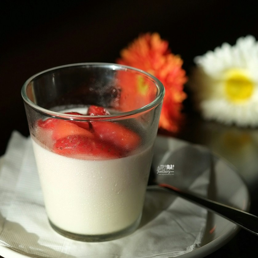 Strawberry Royal Creme at Gauden Cafe and Bar by Myfunfoodiary 01