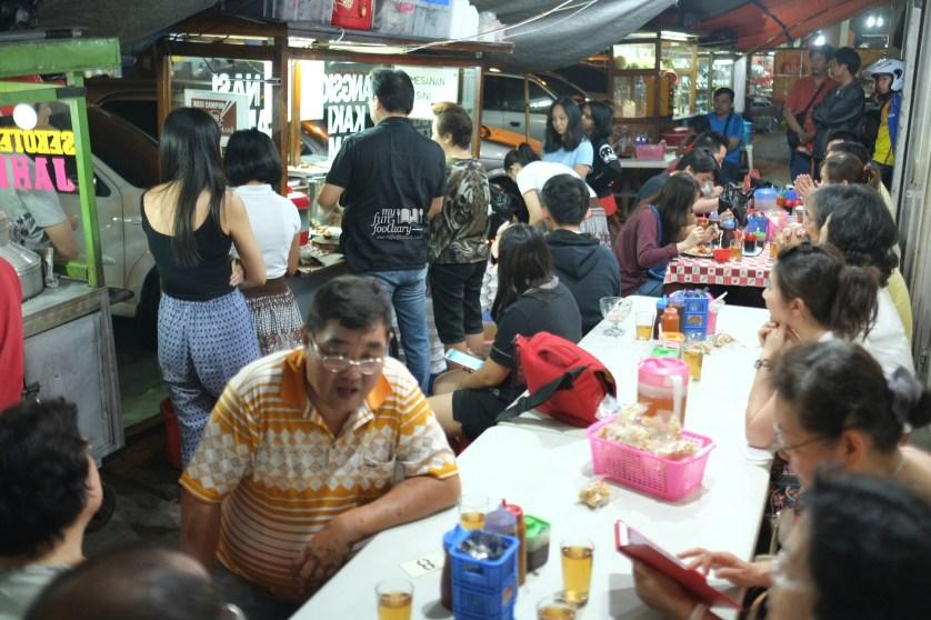 Suasana di Tenda Nasi Campur 88 Asiang Bandung by Myfunfoodiary