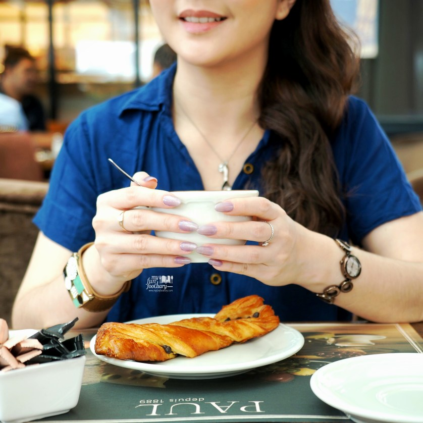 Mullie and her coffee at Paul French Bakery Jakarta by Myfunfoodiary-