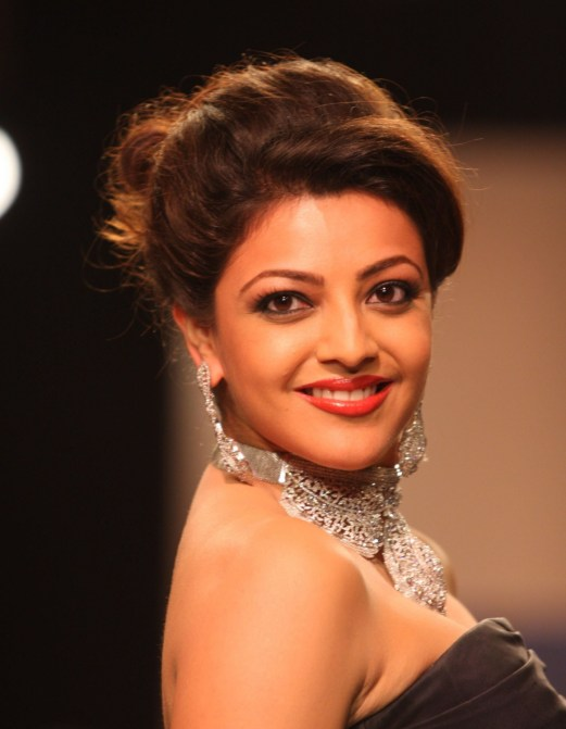 kajal-agarwal-and-tapsee-at-iijw-fashion-walk-2013-with-full-smiling-face-and-hot-looking-eyes-2