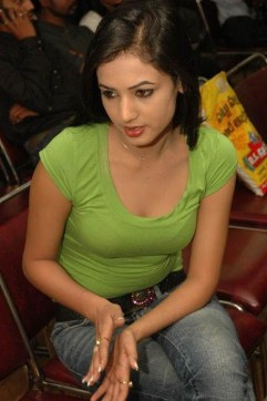 sonal-chauhan-in-green-top-jeans-spicy-9