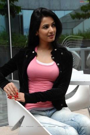 sonal-chauhan-sexy-in-pink-tshirt-iluvdesi-com-24