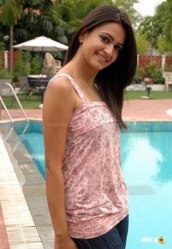 kriti-kharbanda-actress-new-stills-_17_