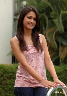 kriti-kharbanda-actress-new-stills-_8_