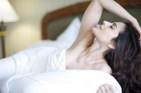 bollywood-hot-amisha-patel-nightwear-in-bed-586x390