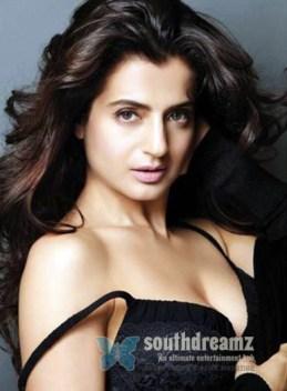 desi-masala-actress-ameesha-patel-bikini-photos-9
