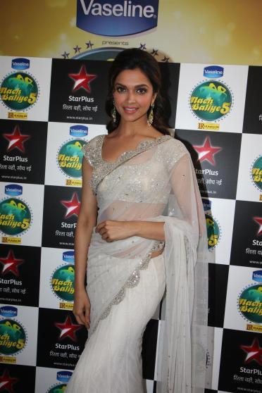 hra9enzqol4zp5fr.D.0.Deepika-Padukone-promoting-film-RACE-2-on-the-sets-of-NACH-BALIYE-5-in-Mumbai--8-