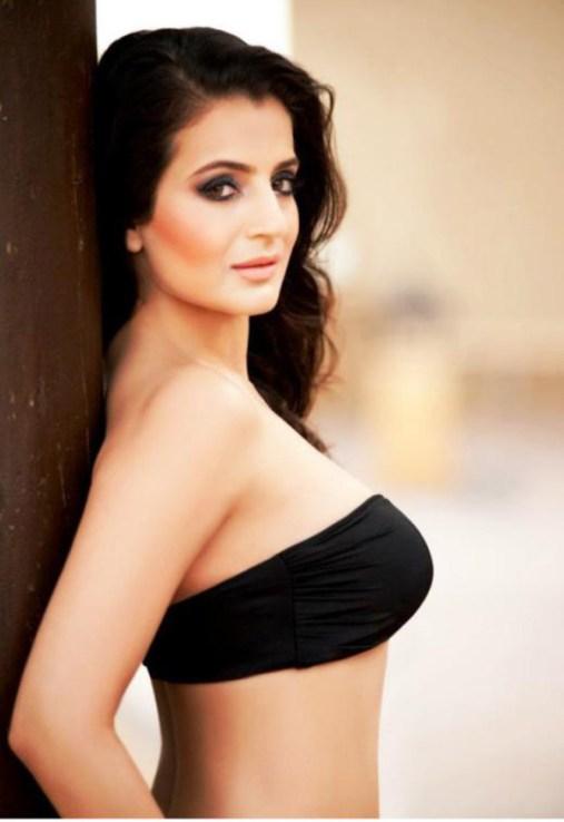 indian-bollywood-actress-amisha-patel-hot-and-sexy-bikini-photos-1-586x854