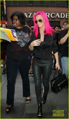 jenny-mccarthy-dyes-her-hair-hot-pink-18