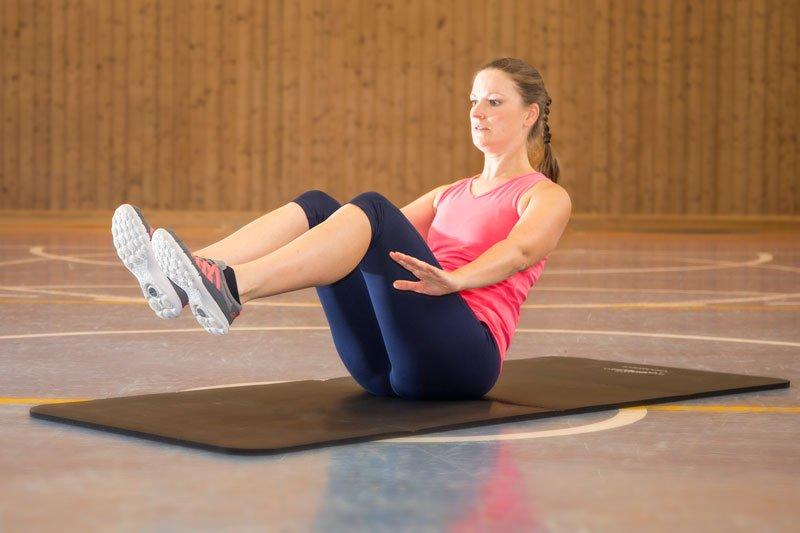 effektives Bauchmuskeltraining, Rudern angehockt