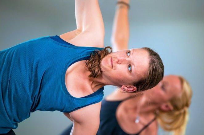 MyGoal Trainerin Anke beim Yoga, im Hintergrund Nadin