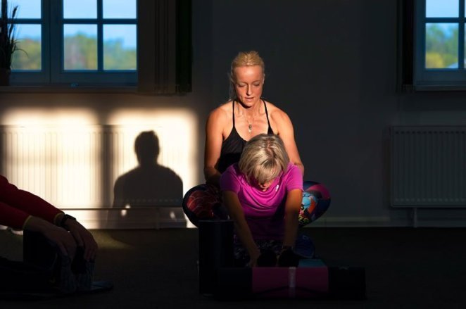 Yoga-Lehrerin Nadin korrigiert Haltung und Ausführung der Übungen