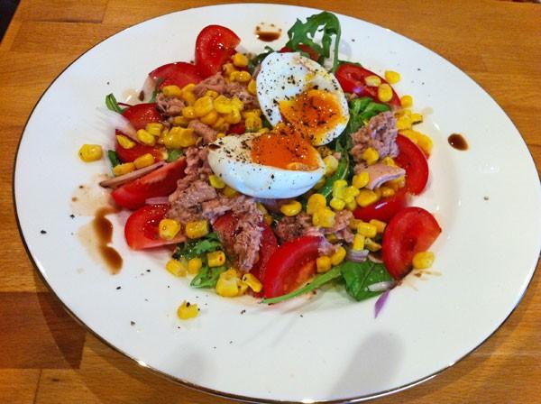Овощной салат с тунцом.
