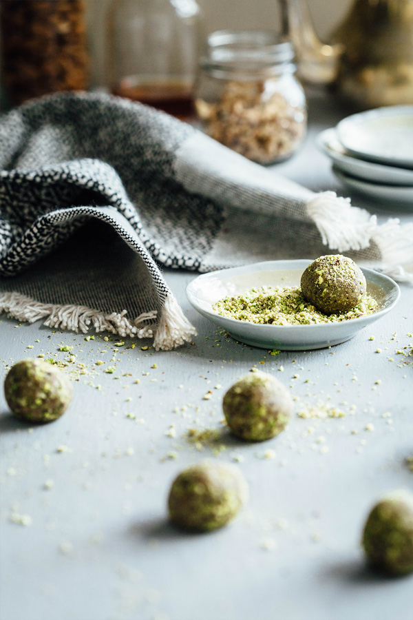 With the sweetness and spice of traditional baklava, these raw baklava balls are a healthier and easier way to get your baklava fix. Sweet, sticky and yum.