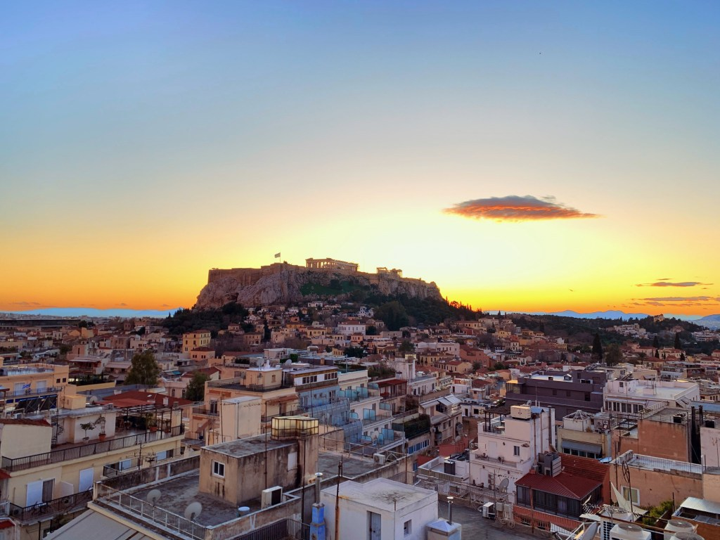 """The """"attic light"""" - a magical lighting phenomenon that makes a crown of light appear on top of Athens"""