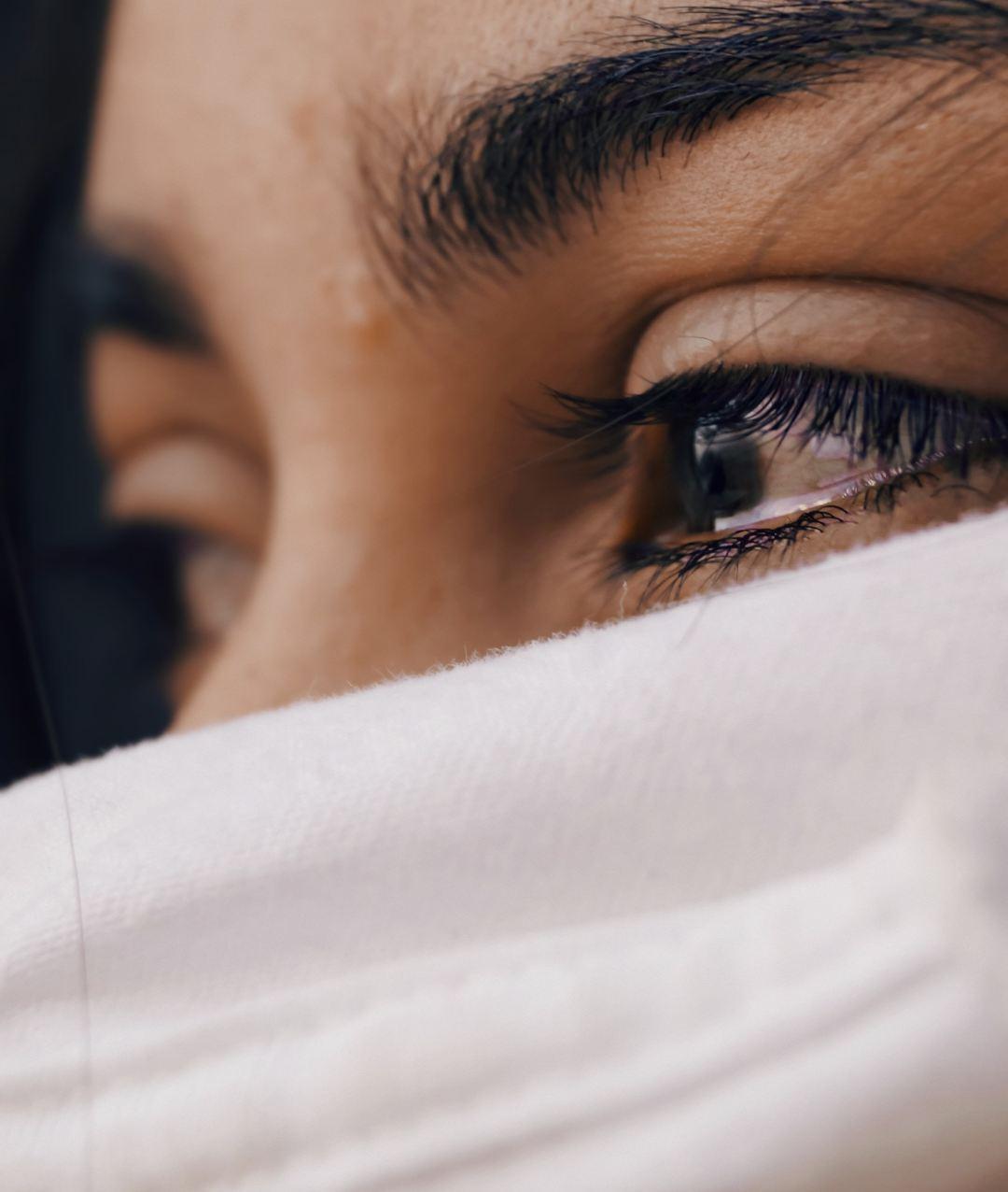 ritmo portait de femme voilé avec larme dans les yeux