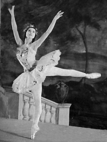Margot Fonteyn as Aurora. Source: Dance Works Online via My Hero.com. Copyright belongs to its respective owners.