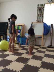 DVDメイトを観ながら体を動かす子供たち
