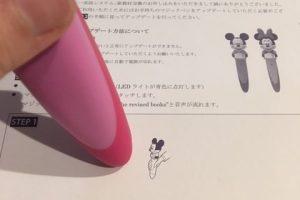 ワールドファミリーミニーマジックペンで紙をタッチしてる