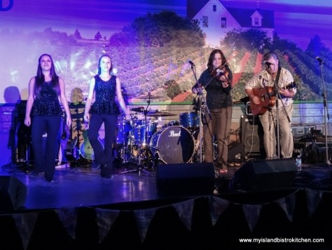 Entertainers Sheila MacKenzie (fiddle) and Norman Stewart (guitar)