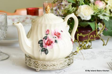 Pretty ivory Sadler teapot with pink roses