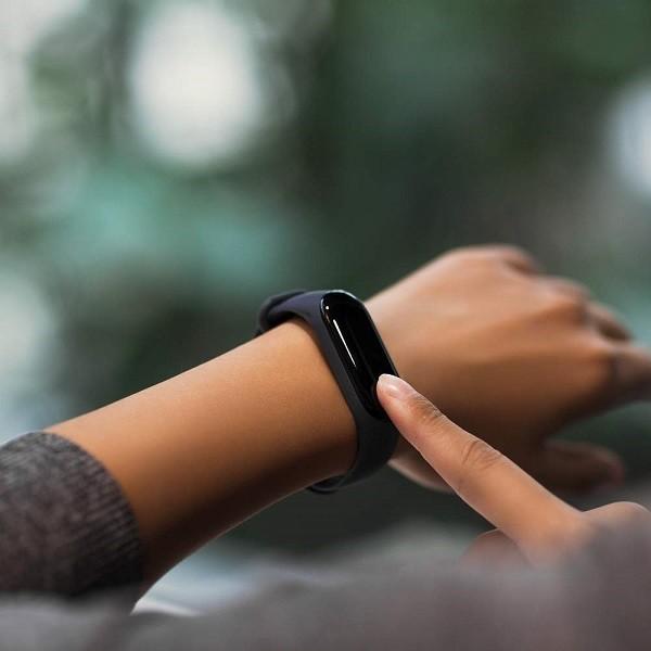 """Display touch full OLED da 0,78"""". Durata della batteria fino a 20 giorni (110 mAh). 20 gr di peso.  Mostra la durata della batteria, la frequenza cardiaca in tempo reale, il conteggio dei passi giornalieri, il conteggio delle calorie, la distanza percorsa, data/ora e le metriche del sonno.  Notifiche in tempo reale sul display con vibrazione: messaggi da  app, chiamate in entrata, ID chiamante, SMS, obiettivi di attività.  Impermeabile fino a 50 metri (5ATM), Bluetooth 4.2 BLE, compatibile con Android 4.4/iOS 9.0 o versioni successive."""