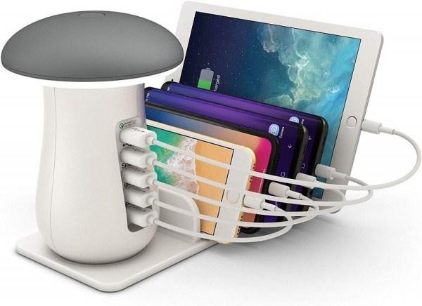 7 soluzioni per organizzare gli spazi: consigli utili per studenti fuorisede. lampada che funge anche da ricarica per cellulari