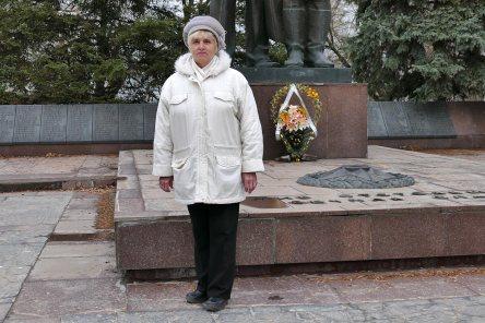 Онуфриева Нина Николаевна у памятника воинам освободителям